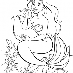 The little mermaid Ariel eat sweets